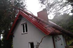 #121 14.10.2020r. Choczewo ul. Pierwszych Osadników 53 - drzewo powalone na budynek mieszkalny